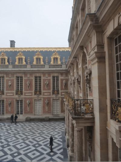 La chute de la royauté après la prise de la Bastille La cour carrée