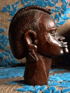 Cliquer pour agrandir Tête sculptée par des Masaïs Tous droits réservés Michèle LALLEE-LENDERS